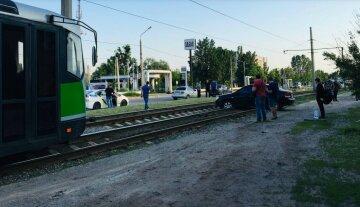 Викинуло на рейки: авто заблокувало рух транспорту, кадри НП