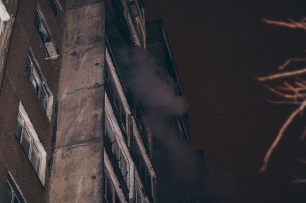 Масштабный пожар вспыхнул в многоэтажке Киева: есть жертвы, фатальные подробности и кадры ЧП
