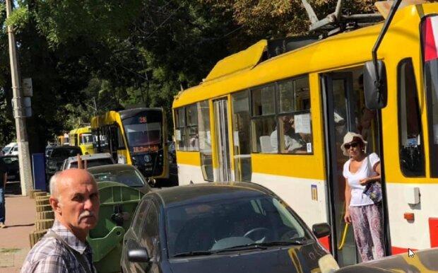 Автохам на Мерседесі паралізував рух транспорту в Одесі: обурливі кадри
