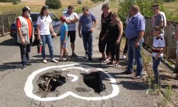 """""""В опасности дети"""": под Днепром на мосту образовалась огромная дыра, видео"""