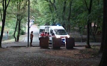 Знайшли під деревом: біда трапилася з жінкою в київському парку, фото