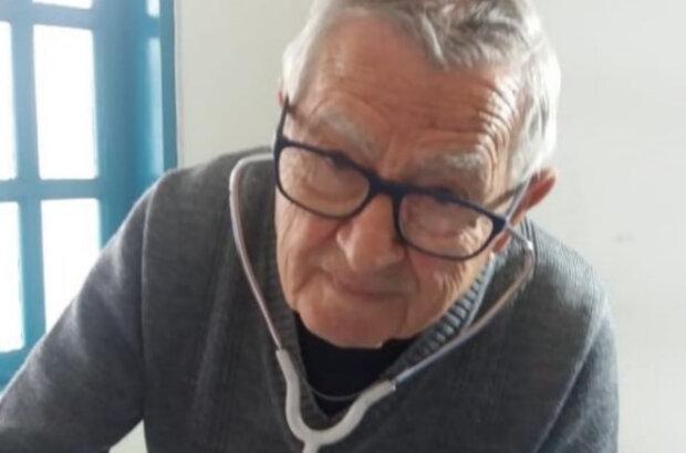 """""""Буду работать, пока смогу"""": 92-летний врач бесплатно помогает бедным детям"""