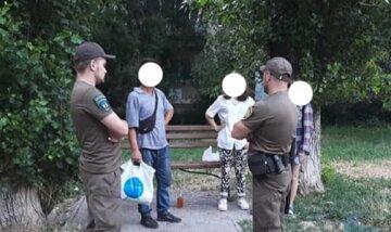 Запропонував за гроші: під Одесою чоловік споював підлітків на дитячому майданчику, кадри