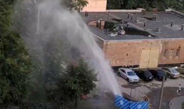 """""""Фірмовий фонтан"""" від водоканалу пробив у Харкові, кадри: """"тільки закінчили ремонт"""""""
