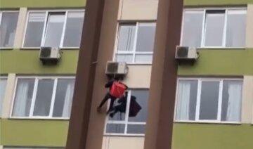 """""""Доставка будущего"""": курьера с едой заметили на огромной высоте под Киевом, кадры"""