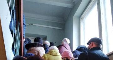 """""""Мы же уже больные"""": люди """"пошли на штурм"""" больницы под Днепром, безумные кадры"""