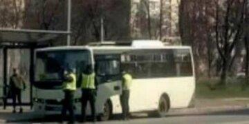 """Поліція вигнала з маршрутки стоячих пасажирів, одесити обурені: """"Що відбувається з цією країною?"""""""
