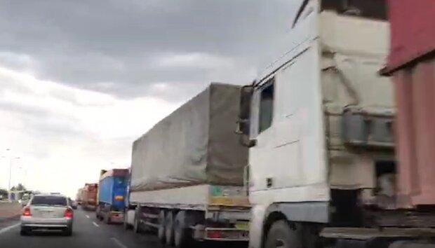 Открыл дверь и звал на помощь: на въезде в Одессу спасли водителя- дальнобойщика