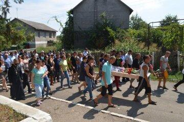 У Лощинівці поховали вбиту дівчину (фото)