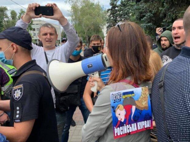 """""""Геть з Дніпра!"""": активісти розігнали проросійський мітинг """"за мир"""", кадри"""