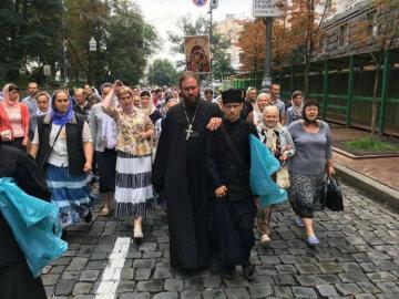 Російський триколор у центрі Києва: учасники хресної ходи гучно оскандалилися, українці обурені