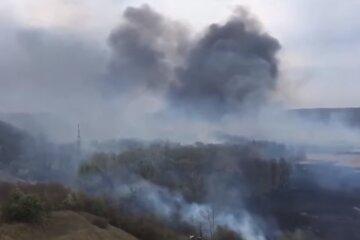 """Нова масштабна пожежа підбирається до Києва, на допомогу піднято техніку: """"знищено три..."""""""