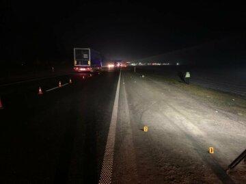 Водій на вантажівці не помітив пішохода, жінка потрапила під колеса: подробиці і фото трагедії