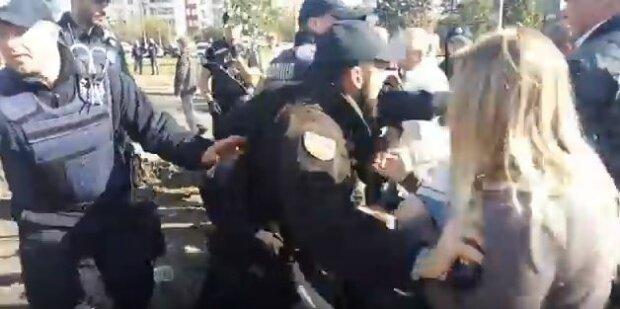 З'явилося відео, як нардеп до крові побив активіста під Радою