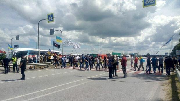 Люди заблокували трасу Київ-Чоп, проїхати неможливо: водіям зробили попередження