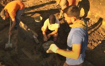 Женщина наткнулась на боеприпасы у пруда, прибыли спасатели: фото с места инцидента