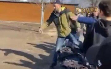 В Харькове мужчина подрался с подростком: ребенок не растерялся, видео схватки