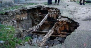 Життя жителів в небезпеці: двір в Одесі йде під землю, кадри руйнувань