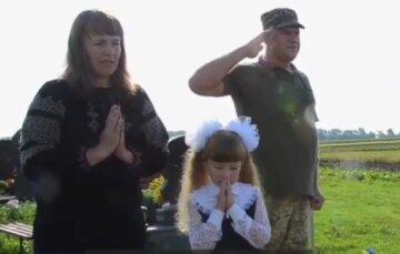 """Дочку полеглого українського Героя в 1-й клас відвів його побратим, кадри: """"хотіла, щоб тато повів, але..."""""""
