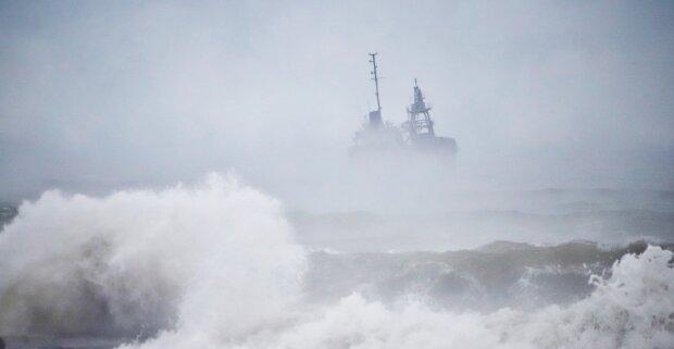 Танкер зазнав лиха біля берегів Одеси, на борту багато людей: кадри НП
