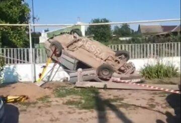 Авто повисло на паркані: відео руйнівної аварії під Одесою, вижили не всі