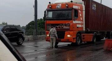 В Одессе мужчина бросается под авто и угрожает спрыгнуть с моста: видео от очевидцев