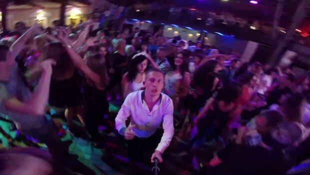 Эпидемия вируса в Одессе: в сети показали видео, что творилось на концерте российского певца