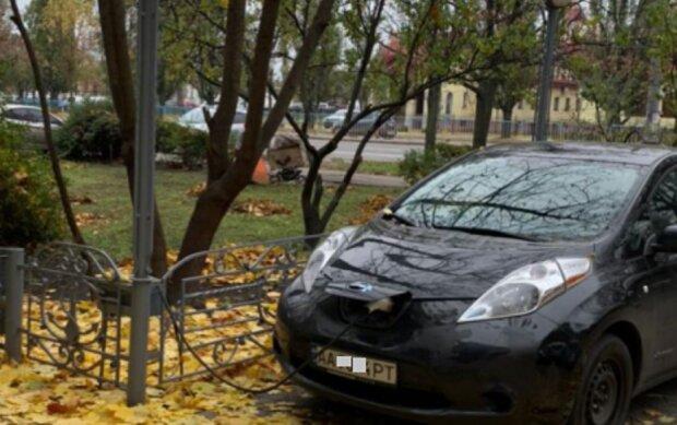 """""""В погоне за халявой все методы хороши"""": киевлянин подзарядил электромобиль от уличного фонаря, фото"""