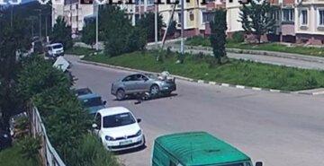 """Водитель мопеда """"вылетел"""" на капот автомобиля под Харьковом: момент попал на видео"""