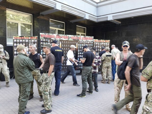 Бойцы АТО пикетируют Генпрокуратуру (фото)