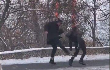 """""""Бил ногами по чем попадет"""": в Одессе разъяренный отец жестоко избил сына на глазах у людей, видео дикости"""