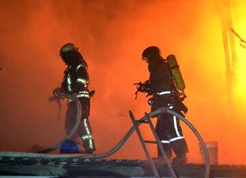 Пожар пылает на складе пиротехники: кадры масштабного фейерверка