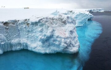 """Айсберг, который в семь тысяч раз больше """"убийцы"""" Титаника, сдвинулся с места: ученые бьют тревогу, """"уже достиг..."""""""