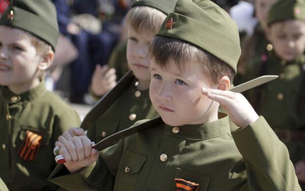 """Російських дітей підсадили на """"нове озброєння"""", кадри маразму: """"Дах поїхав зовсім"""""""