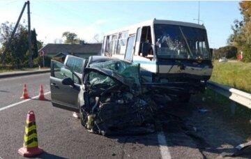 Автобус разбился на украинской трассе, первые кадры: пассажиров забирают с места ДТП