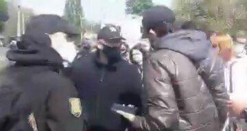 Разъяренная толпа устроила бунт на Куликовом поле в Одессе, слетелась полиция: кадры с места