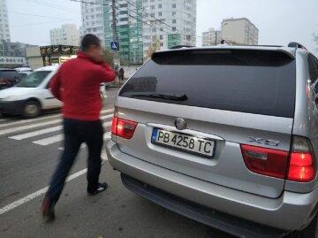 """В Одесі автохам прославився після паркування свого БМВ, люди обурюються: """"взяти биту і відрехтувати"""""""