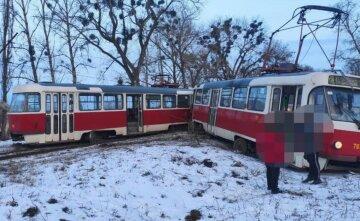 У Харкові трамвай зійшов з рейок і відлетів убік, кадри НП: є постраждалі