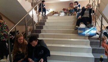 """""""Скотське ставлення"""": в Одесі члени виборчкомів другу добу ночують з бюлетенями на сходинках, фото"""