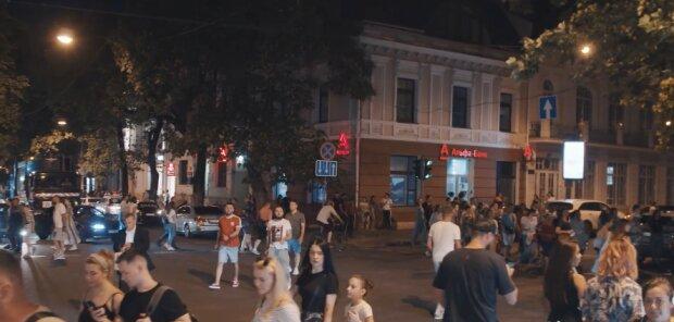 """Толпы отдыхающих заполонили Одессу, полиция вышла на """"охоту"""": кого проверяют в первую очередь, кадры"""