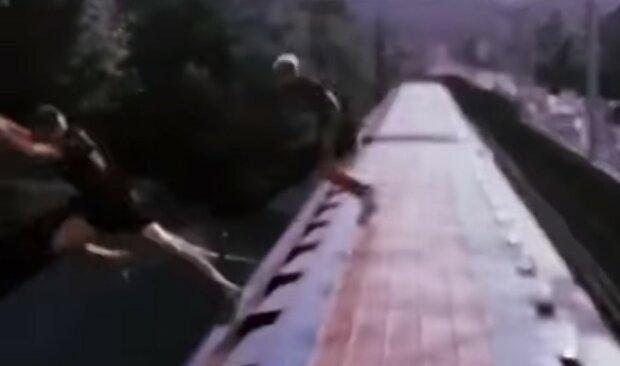 """Подростки беспределят в киевском метро, видео: """"с крыши вагонов в реку"""""""