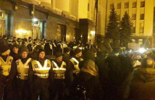 Автозаки стягнули під вікна Зеленського, ситуація в Києві загострюється: кадри подій