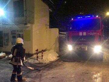 В Одессе пламя разбушевалось в кафе, спасателей подняли по тревоге: кадры ЧП