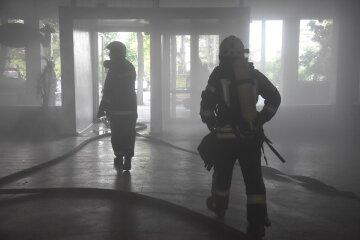 Густой дым охватил больницу в Одессе, начался пожар: кадры с места ЧП
