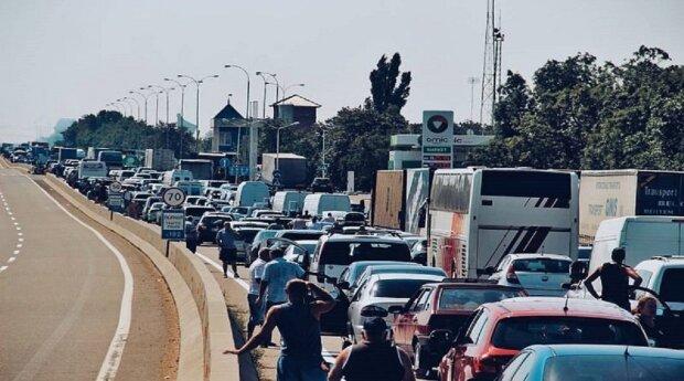 Туристи застрягли в пробках на в'їзді в Одесу, вжито термінових заходів: подробиці