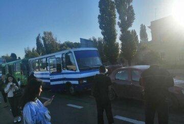 Масштабна аварія з двома автобусами в Одесі: пробка тягнеться 10 кілометрів, перші деталі