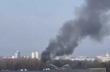 Масштабна пожежа в Києві, стовп чорного диму видно за кілометри: кадри з місця НП