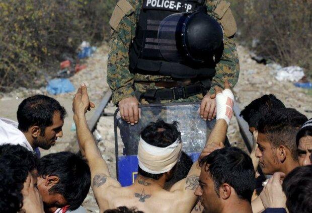 мигрант протестует на железное дороге