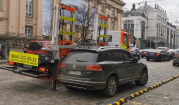 """""""Посадил на цепь"""": киевлянин прославился попыткой """"спасти"""" авто от эвакуации, фото"""