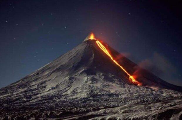 """""""Наблюдается мощное свечение"""": опасный вулкан проснулся в России, кадры огненной стихии"""